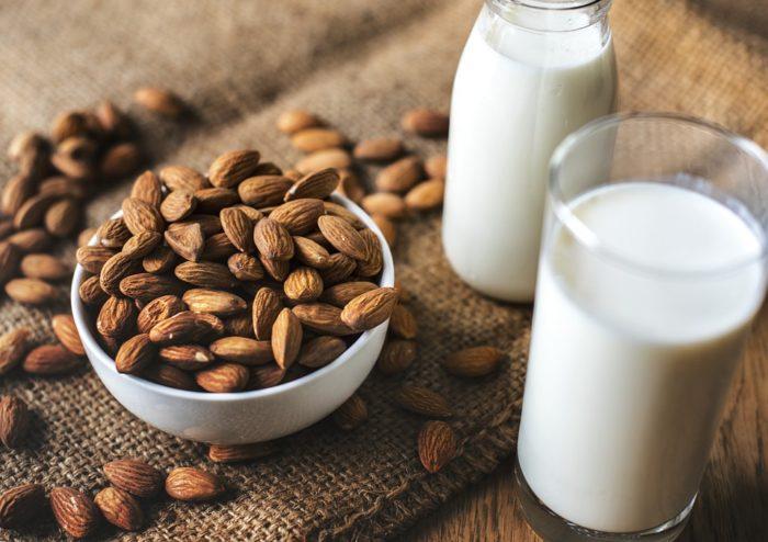 Rádce zdravého nákupu: jak vybírat rostlinné alternativy mléka