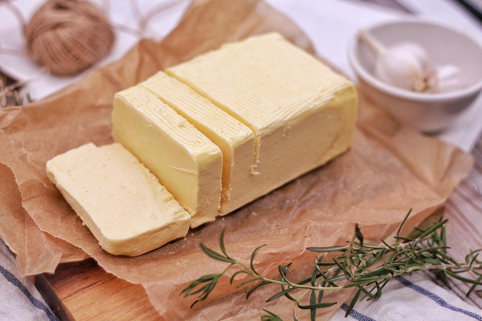 Máslo je vhodným živočišným tukem bez dalších přísad