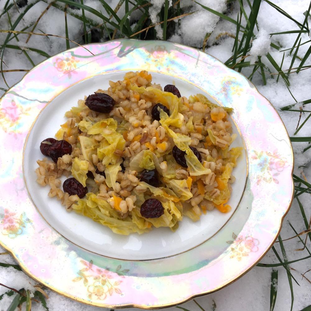 Recept na kroupy s kapustou a brusinkami je netradiční zimní bezmasý recept z dávno zapomenutých krup