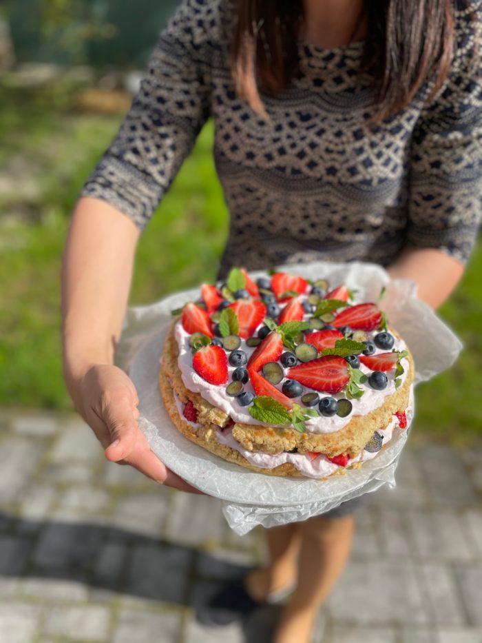 Lehký dort s jogurtovým krémem a ovocem nachystaný na narozeninovou oslavu