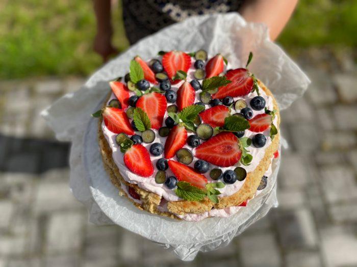 Lehký dort s jogurtovým krémem a ovocem