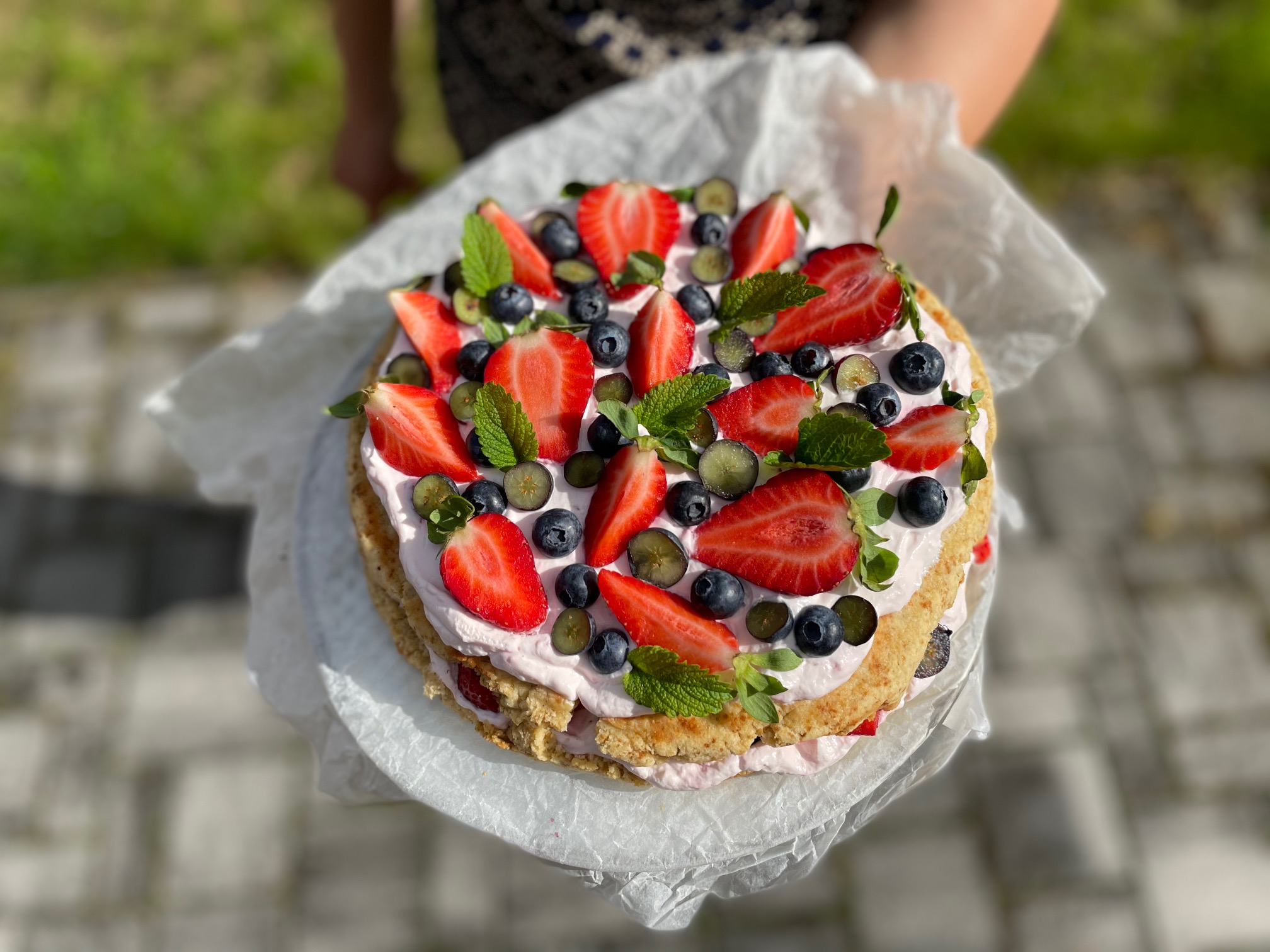 Lehký dort s jogurtovým krémem plný ovoce